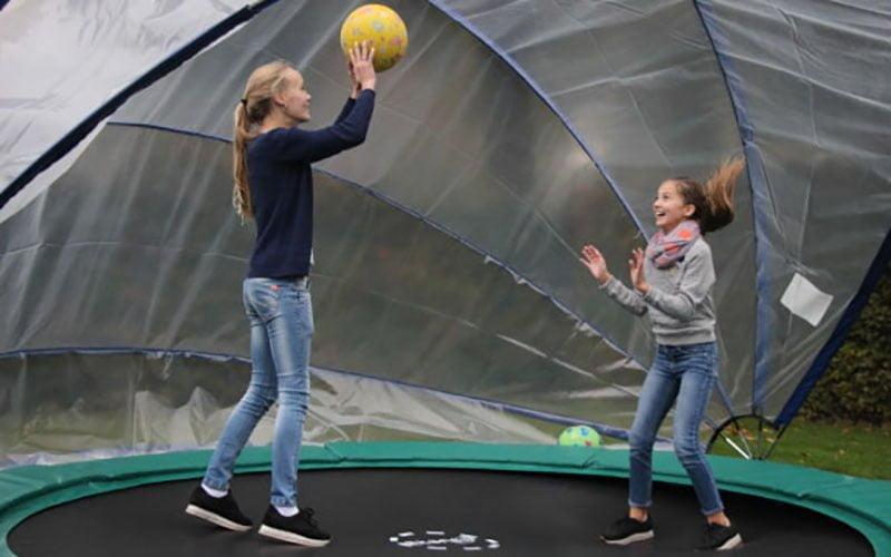 Madelief en Marie in de trampolinetent