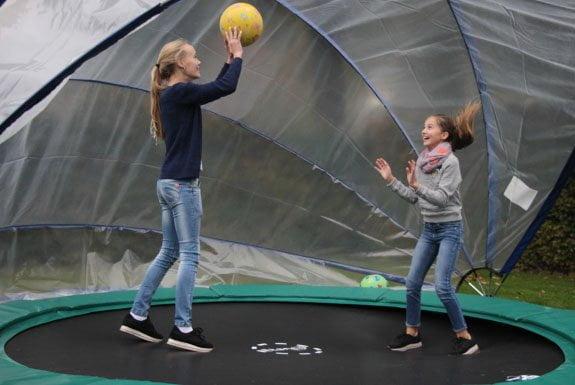 Madelief en Marie in de sunnytent trampolinetent